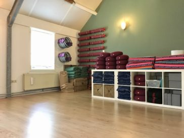 Yogaplaza Yogastudio Delfgauw - yogamatten, ringen, kussens, meditatiestoelen, meditatiekussens, oogkussens, yogablokken